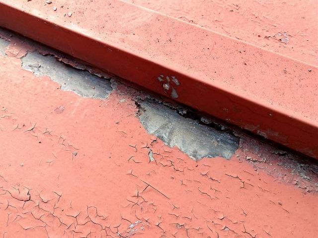板金屋根の瓦棒の近くの穴