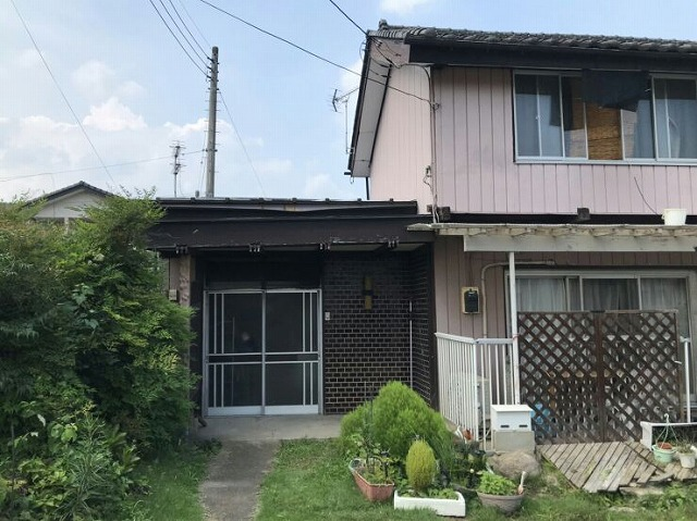 玄関正面に見て家の全景
