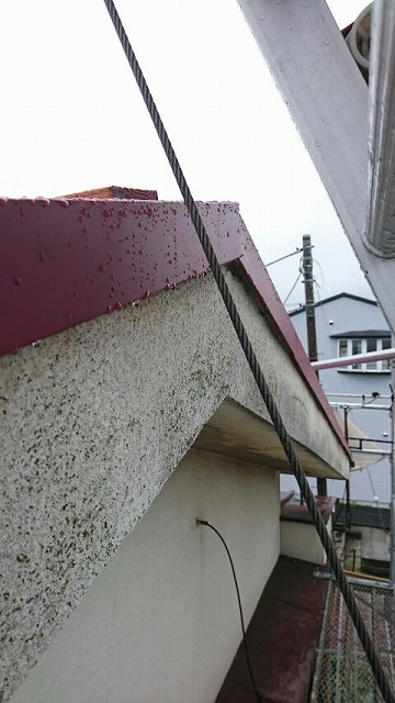 屋根のケラバのところの水切りのガルバリウムカラー鋼板