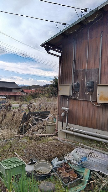 農機具小屋の南東竪樋あり