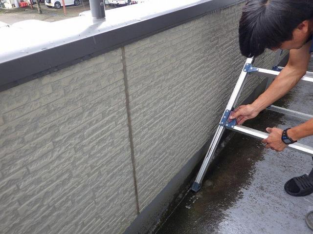塗装前のベランダの床の汚れ