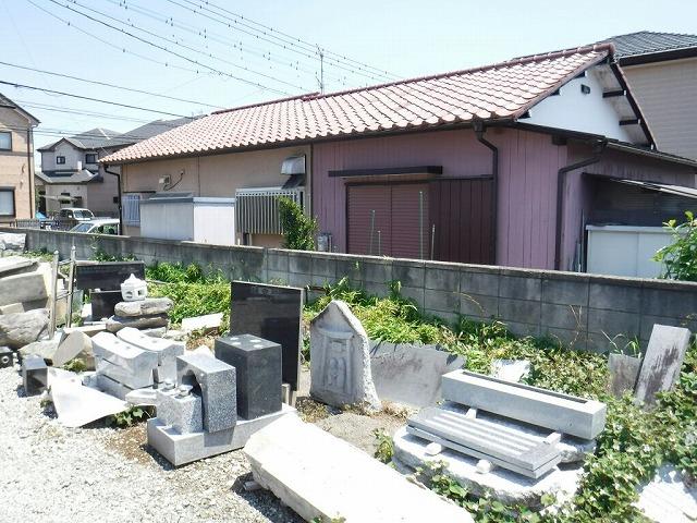 隣家と資材置き場の境界