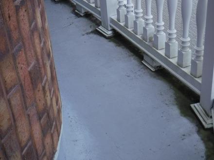 バルコニーの床手すりの柱の根本の汚れ