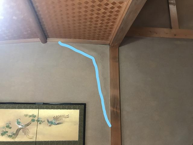 和室の壁の雨水のシミ