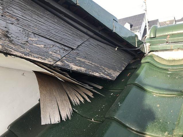 剥がれた軒天井と破風板