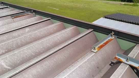 折板屋根の重なりの浮き上がり