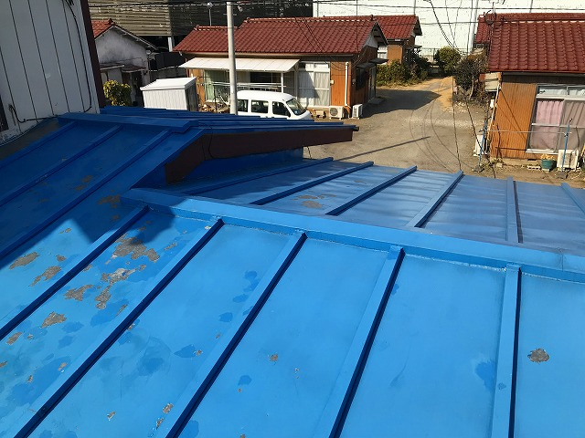 屋根の塗装が剝がれた状態