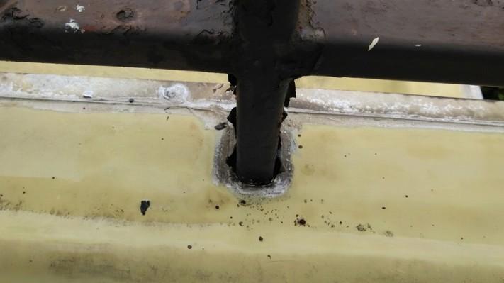 シート防水と錆びた手すりの付け根
