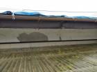 波板の上の漆喰壁の割れているところ