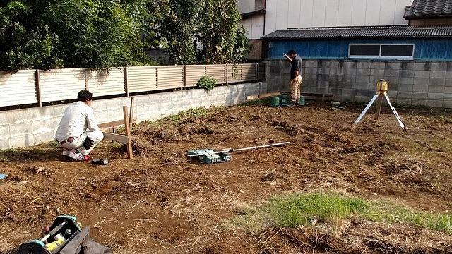 土間コンクリートの水糸を張っている