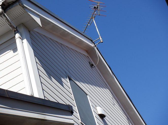 破風板側の軒天井の色の濃淡