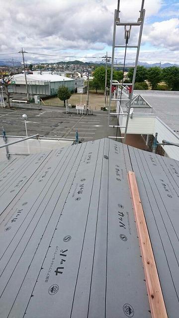屋根の棟に張り付けたゴムアスファルトルーフィングシート