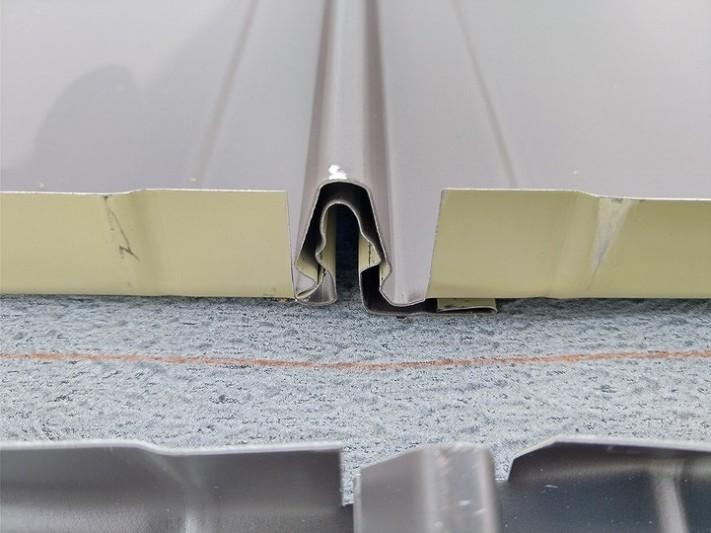 ガルバリウム鋼板の屋根と屋根の嵌めあい