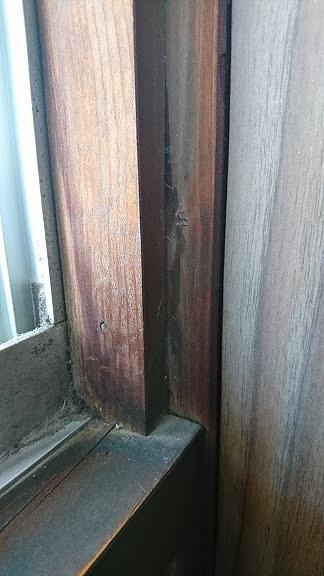 窓の木部の雨水のしみた跡