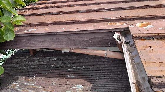 塗装の傷んだ破風板