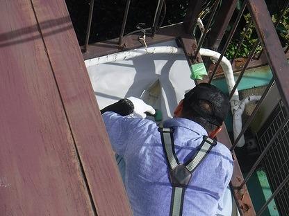 防水シートにローラーをあてて密着させる