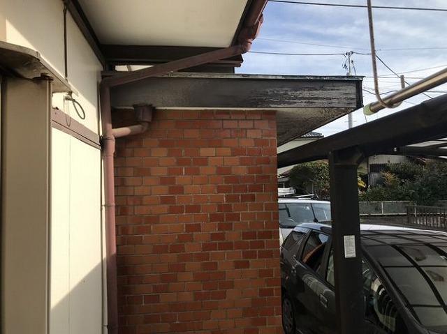玄関破風板の塗膜の剥がれ