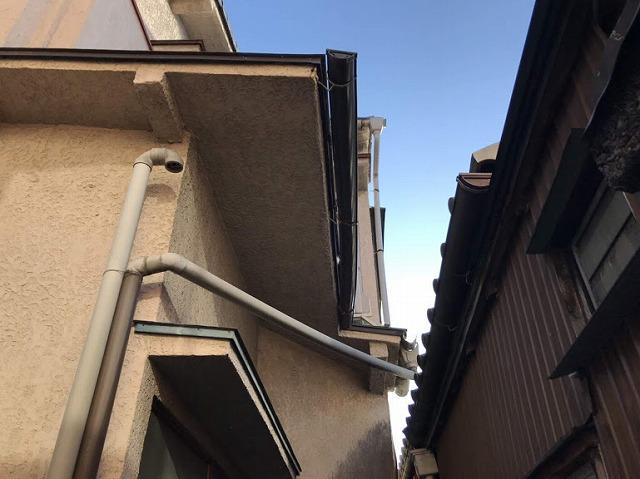 隣の家の雨樋と自宅の雨樋