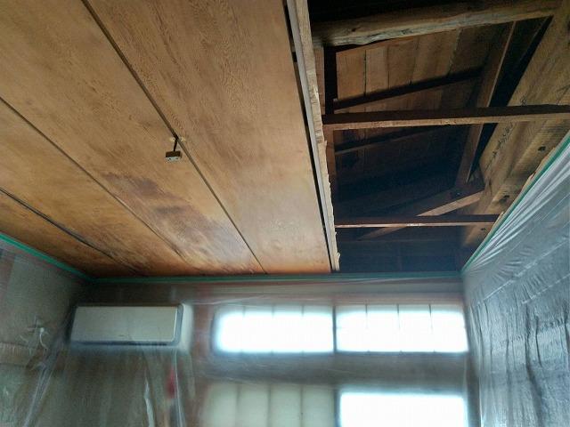 エアコン側既存の天井2列剥がしたところ