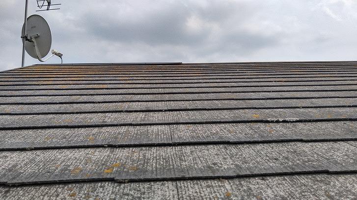 棟板金が取れたスレートの屋根