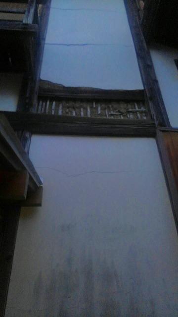 崩れた漆喰壁