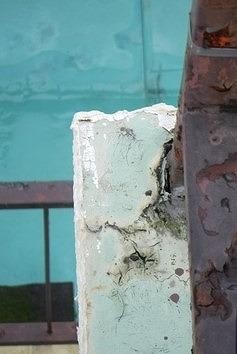 屋上コーナー手すり周りの防水ひび割れ