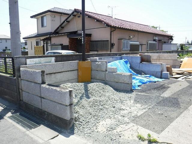 道路から見た家とブロック