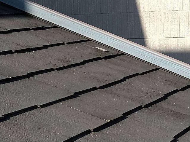 1階のスレートの屋根の上の小さな破片