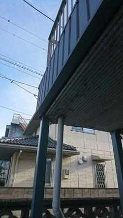 ベランダの軒裏のケイカル板の排水管周りにコーキングと塗装