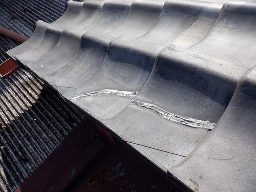 日本瓦の割れのコーキングの修復の跡