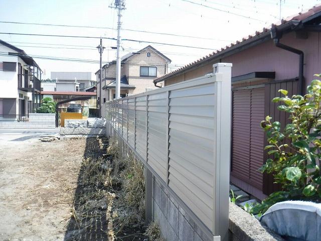 目隠しのフェンスで隣家からは見えない状態