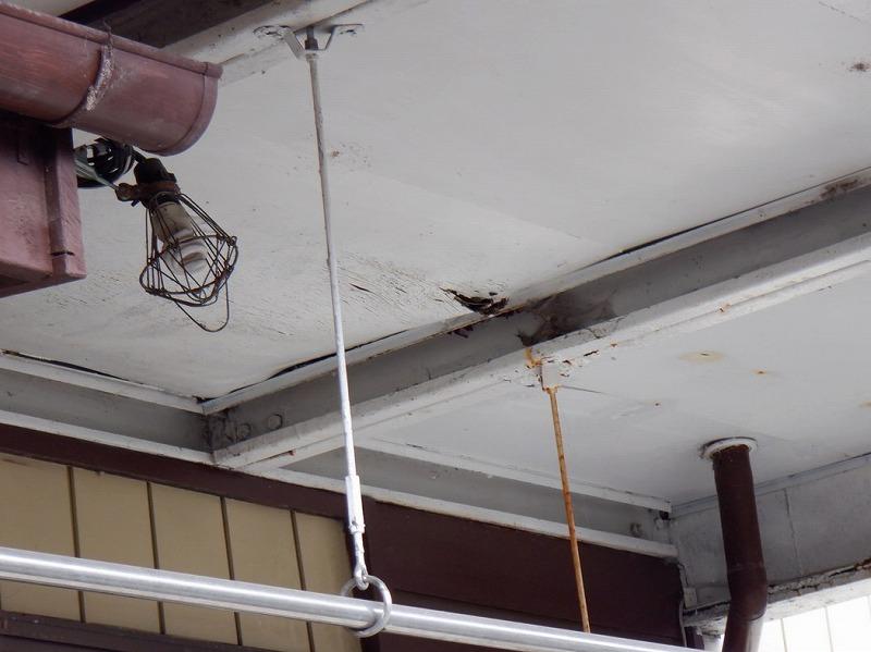 雨漏りしているところのベニヤの軒天井