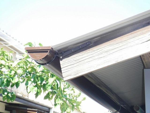 農機具小屋雨樋金具に軒樋つけたところ