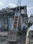 瓦屋根の工事中のトラックと脚立