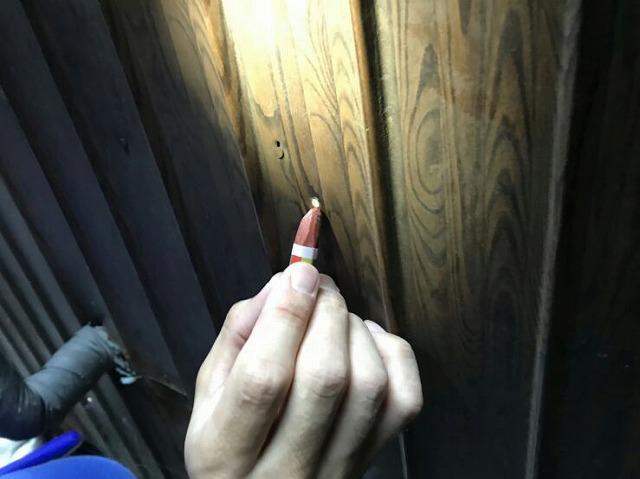 シロアリ防虫薬剤の注入穴埋めてクレヨンで塗っているところ