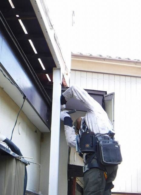 破風板に取り付けた板金に釘打ち込み