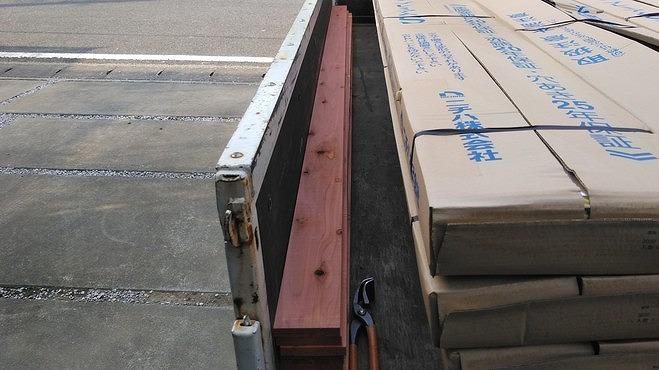 トラックの荷台の棟の貫板