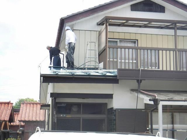 西の屋根高圧洗浄中