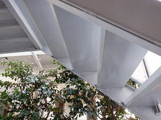 アパートの鉄骨の階段の裏側の塗装