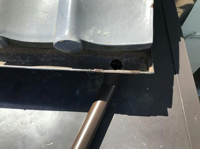 軒樋に穴を開けてエルボと竪樋につなぎ