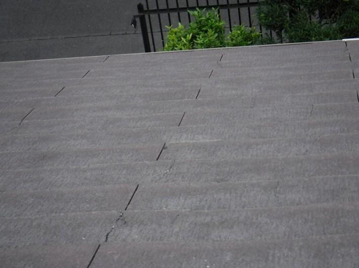 スレート屋根の多数のひび割れ