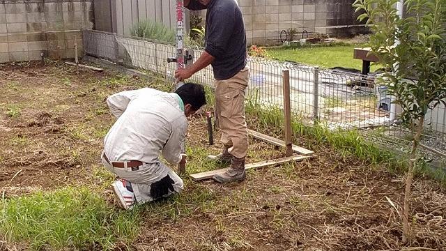 土間コンクリートのの高さを確認して鉛筆で印