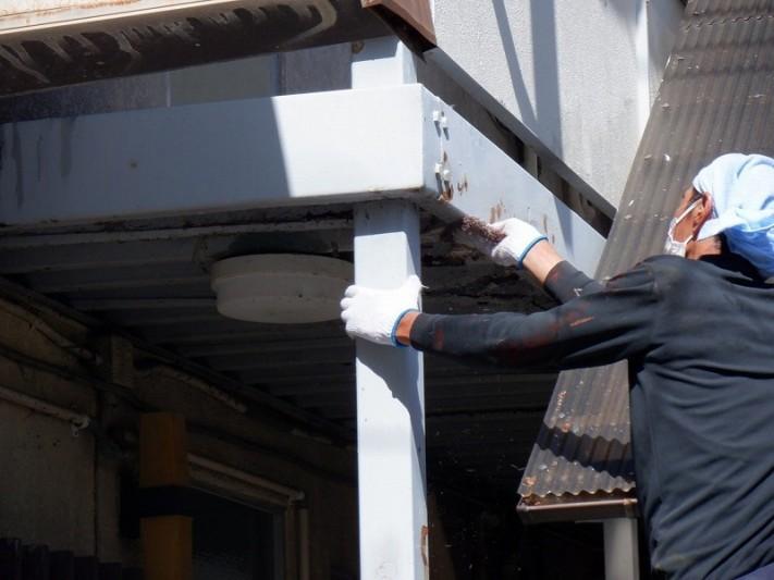 アパートの鉄骨の塗装前のヤスリ掛け