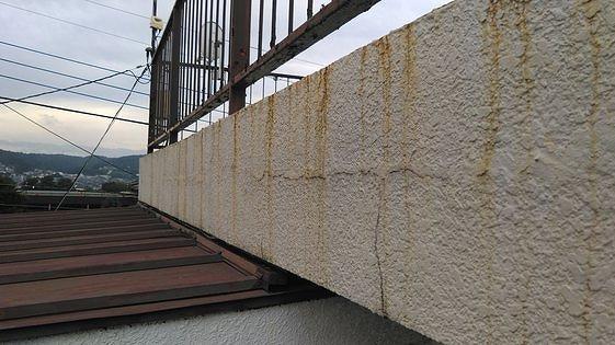 バルコニーの壁に茶色のサビの筋