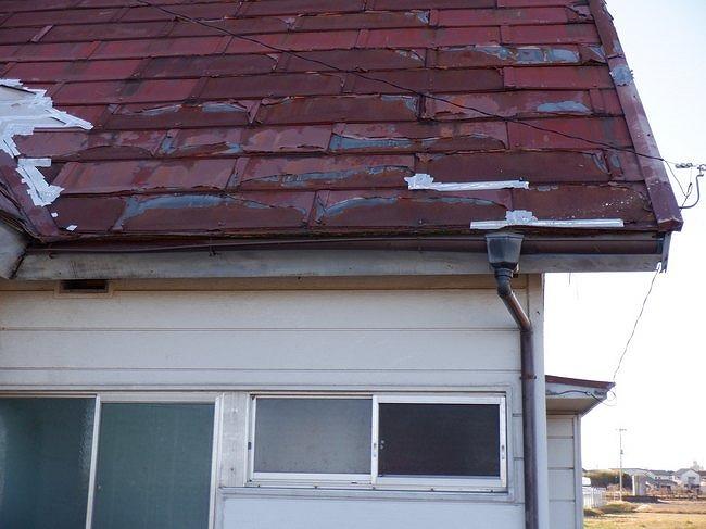 トタン屋根の剥がれと銀紙テープ