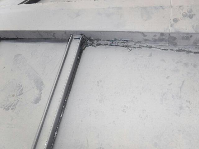 棟板金の古いコーキング剤から雨水の滲み