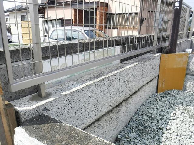 フェンスの支柱の穴のコンクリート天端仕上げ