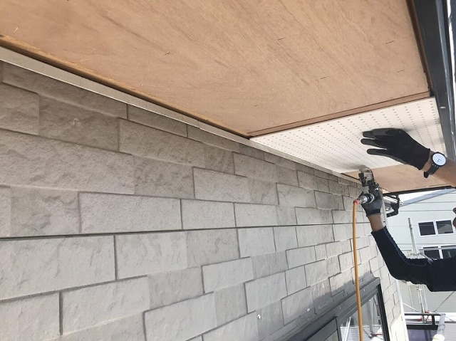 足場から見たケイカル有孔板を下地木材にタッカー打ち