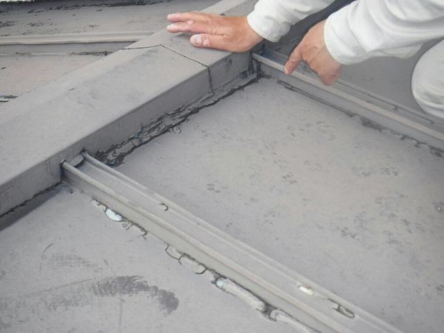 棟板金を押さえると雨水がコーキング剤からにじみ出る