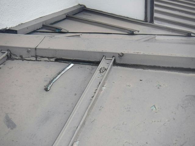 板金屋根の古いコーキング取れている